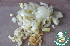 Onion, garlic and ginger peel and cut into small cubes.  I prefer not to RUB the garlic and ginger and cut it in this recipe.  On a hot frying pan, pour vegetable oil and fry on medium heat until transparent bow.