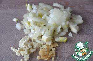 Лук, чеснок и имбирь чистим и режем мелкими кубиками.   Я предпочитаю не тереть чеснок и имбирь, а именно резать в этом рецепте.    На горячую сковороду наливаем растительное масло и обжариваем на среднем огне до прозрачности лука.