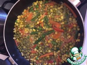 Далее добавляем специи, солим. Добавляем томатную пасту, и чеснок (через пресс), перемешиваем и тушим ещё минут 5.