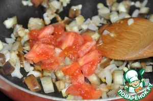 Finely chop the tomatoes and put the eggplant. Stir, simmer 5 minutes.