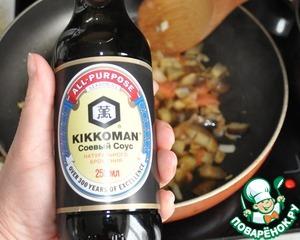 Добавляем кунжутное масло и соевый соус. Я выбираю ТМ Kikkoman.   Перемешиваем, тушим 2 минуты.