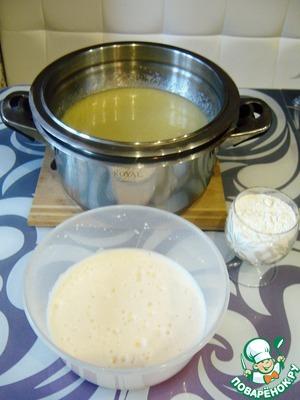 Когда медово-сахарная смесь достигла однородного состояния, добавляем в неё взбитые с содой яйца и стакан просеянной муки. Перемешиваем. Комочков оставаться не должно!