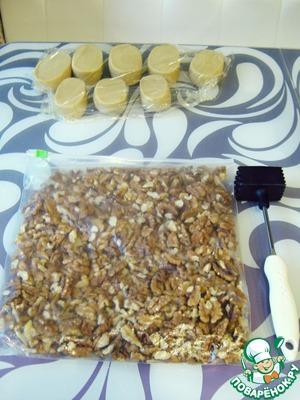 Перебранные грецкие орехи помещаем в пакет и измельчаем молотком для отбивания мяса.