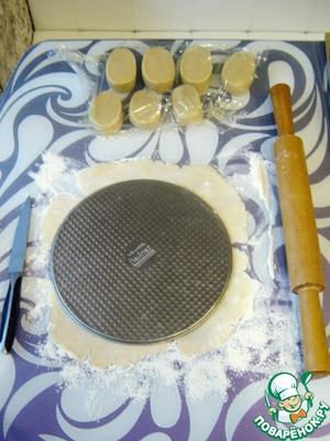 Возвращаемся к тесту. Раскатываем коржи и обжариваем их на сковороде припыленной мукой по 1 минуте с каждой стороны (чем толще корж, тем дольше период обжарки). НЕ ДОБАВЛЯЙТЕ МАСЛО на сковороду.      P.S. Выберите диаметр коржей подходящий для вашей сковороды.    Для тех, кто впервые встречается с данным тестом, лучше изначально раскатать все коржи и только после переходить к обжарке.