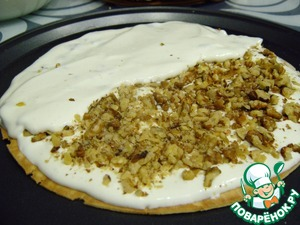 Apply a layer of cream, layer of nuts, layer of sour cream and cover with the following cake.
