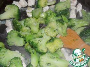 Добавить брокколи, жарить 5-7 минут.