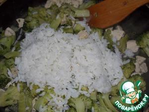Добавить отварной рис, посолить и поперчить по вкусу. Прогреть 1 минуту.