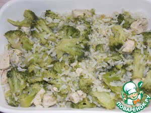 Выложить овощи с рисом и филе в форму для запекания.