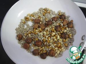 Чечевицу заранее отварить и остудить,    орехи и семечки поджарить на сухой сковороде до легкого орехового запаха