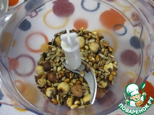 Готовые орехи высыпать в чашу блендера