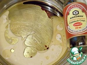 """Дрожжи ( они должны быть обязательно СВЕЖИМИ, иначе вы рискуете получить запах дрожжей в печенье ) раскрошить, смешать с теплой водой и 1 ч. л. сахара. Оставить постоять 5-7 мин. Кунжутное масло влить в чашу, добавить соевый соус """"Kikkoman"""" """"сладкий"""", перемешать. В масленую смесь добавить дрожжи, которые начали уже бродить и размешать."""