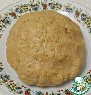 Всыпать просеянную муку смешанную с ванилином и сахарной пудрой, замесить мягкое тесто. Оно не должно липнуть к рукам, но и плотным оно не будет.