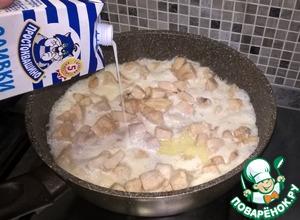 Убрать нагрев до минимального и влить в сковороду сливки (всю пачку).