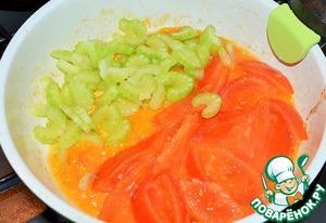 На растительном масле припустить помидоры, 5 минут.   Затем выложить сельдерей, протушить еще 5 минут.
