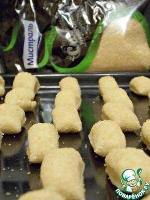 Нарезаем сахарные колбаски на одинаковые кусочки и укладываем на противень. Если боитесь, что прилипнет то застелите его бумагой для выпечки.