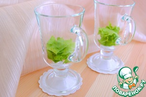 On the bottom of the glass or bowl to put lettuce, then the cream of celery, garlic and mayonnaise.