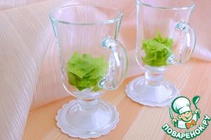 На дно бокала или креманки выложить листья салата, затем крем из сельдерея чеснока и майонеза.