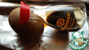 """Hot from all sides to smear the soy sauce from TM """"Kikkoman"""". From the top to make the cross-cut."""
