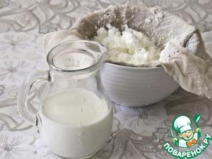 Приготовим кокосовое молоко. Для этого 0,5 стакана кокосовой стружки зальем 1 стаканом горячего молока и даем набухнуть в течение получаса. Затем взобьем распаренную стружку блендером и отожмем через марлю. Отжимки потом можно высушить и использовать для выпечки.