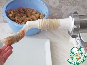 Sausage attachment meat grinder, stocking, pull the shell and start to fill it with mince, forming sausages of the same.