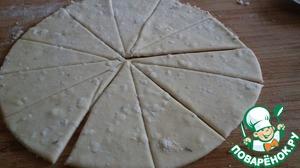Разделить тесто на 6 частей. Расскатать тесто толщиной 0,5 см. Разрезать на 8 сегментов. Удобнее всего резать ножом для пиццы.