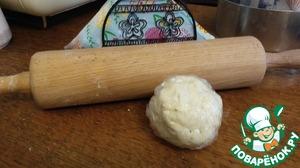 Мягкое сливочное масло, творожный сыр, пекарский порошок, соль и муку смешать.   Должно получиться мягкое, но не липкое тесто. Скатать шар и завернуть в целофан. Убрать в холодильник минимум на час, а максимум на ночь.