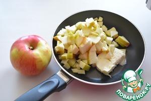 А пока варится рис, нарежьте кубиками крупное яблоко и потушите его 5 минут в сливочном масле