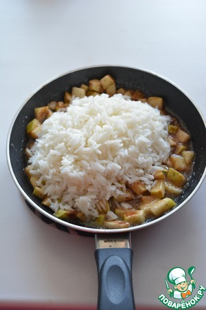 Cooked rice pour from a bag to the apples and mix