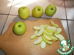 Apples cut in half, remove the core and without removing the peel, cut into thin slices. To place them in a bowl.