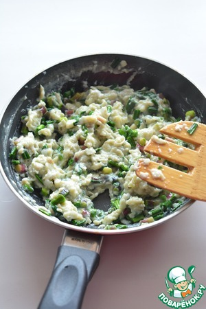 Pour eggs to the leeks and cook, stirring, until they turn into flakes