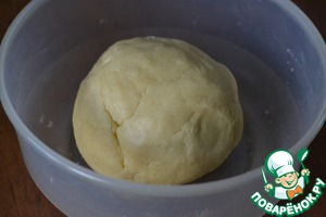 The dough cover and leave in the refrigerator for 30 minutes.