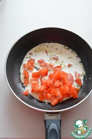 К поджаренному луку добавьте нарезанный помидор и сливки