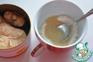 С рыбных консервов слейте жидкость и смешайте ее с мукой, влейте эту смесь в соус