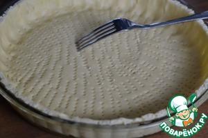 Тесто раскатать по обьему формы. Сформировать бортики.   Часто проколоть тесто вилкой.