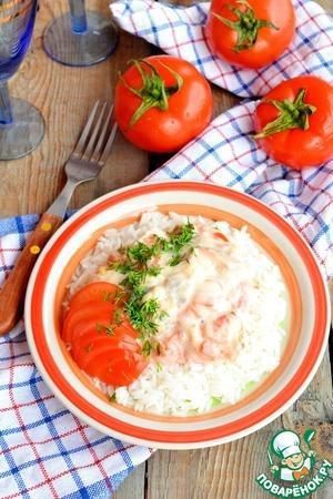 Готовый рис выньте из воды, вскройте пакетики и выложите рис на тарелку, полейте соусом из горбуши. Вуаля!
