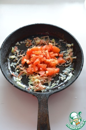К луку добавьте нарезанный помидор, потушите еще 2-3 минуты