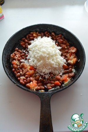 Пакетики с рисом выньте из воды, высыпьте из пакетиков готовый рис в рагу.