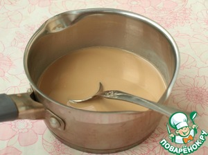 The remaining water (30 ml) you need to boil or pour into a Cup of instant coffee and add 2 tbsp of boiling water, stir thoroughly and then pour the coffee mixture into the remaining milk.  Here add the second part of the gelatine, stir until smooth.