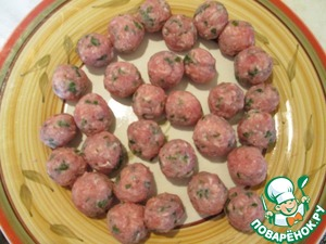 From stuffing make small the size of a quail egg, the meatballs.