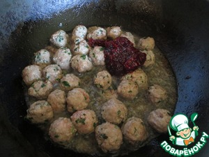 In a frying pan with high sides, heat enough oil, put the meatballs, allow them to slightly brown on one side and carefully turn, and fry on all sides. Put meatballs cranberry jam.