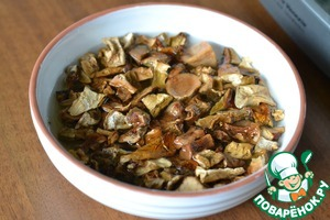 Сухие белые грибы замочить на 2 часа.   Отварить в подсоленной воде.   Бульон слить, грибы остудить.
