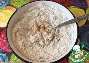 Now sift flour. The first time I bake bread entirely with whole wheat flour, today I wanted to add rye (get even better). But you can use any flour to your preference.  First, sift in our dough 250 grams of flour and 50 grams of rye.