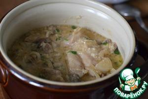 Залить соусом куриные ножки в казанке.   Прикрыть крышкой и тушить 35 минут до готовности.