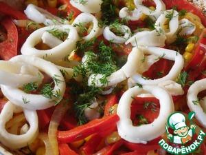 Подготовленные кальмары и измельченный укроп добавить к овощам, обжарить еще 3-4 минуты.   На блюдо выложить готовый рис, сверху - кальмары с овощами.