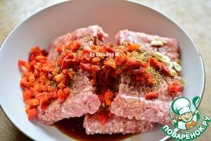 Добавить резанный лук и перемешать до поглощения соевого соуса фаршем и липкости фарша (тогда бургеры не развалятся и не будут выпадать овощи);