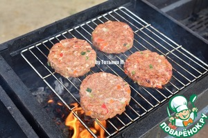 Fry the burgers on the grill and grill, turning until ready;  A number of fire there will be even a plus, but have to watch it to avoid burning;