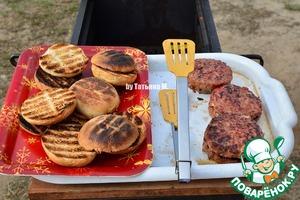Когда все готово, собираем бургеры с булочкой или подаем по своему желанию;