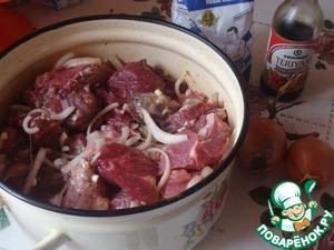 Мясо нарезать на куски произвольного размера, лук- полукольцами, в отдельной посуде замариновать мясо, смешав все ингредиенты.