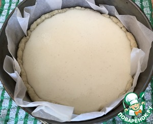 Mix well the curd mixture and pour it over the cooked dough. Bake at 170 degrees for about 50-60 minutes (it is advisable to put on the bottom of the oven pot with the water, like when baking a cheesecake). When cheesecake is ready, cool completely, taking out from the mold.