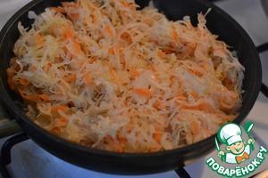 Квашеную капусту потушить на сковороде до готовности.